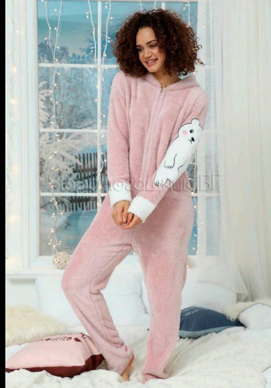 Дамска топла пухкава пижама гащеризон с качулка в розово с мече 5332