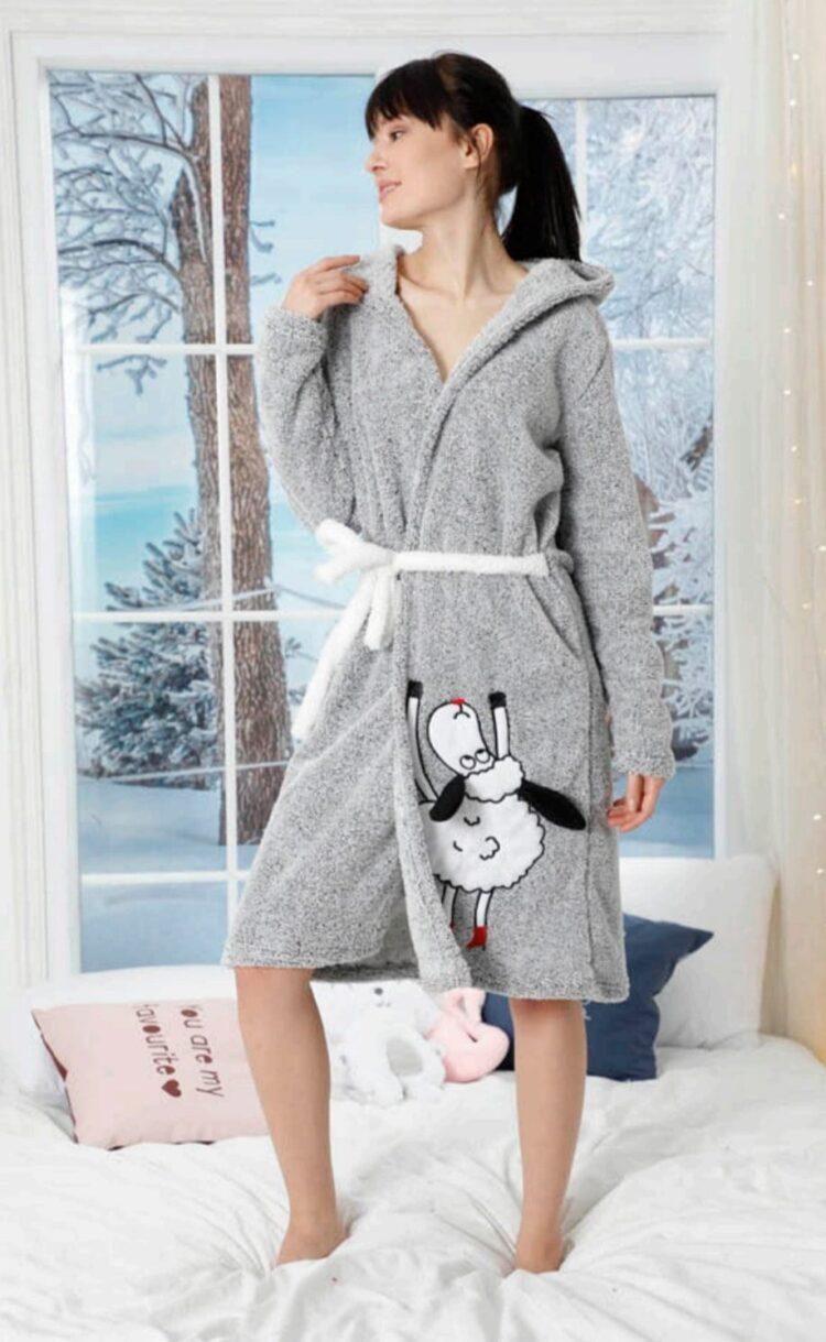 Дамски зимен пухкав и мек халат с качулка 140 в сиво с овца с учшчки